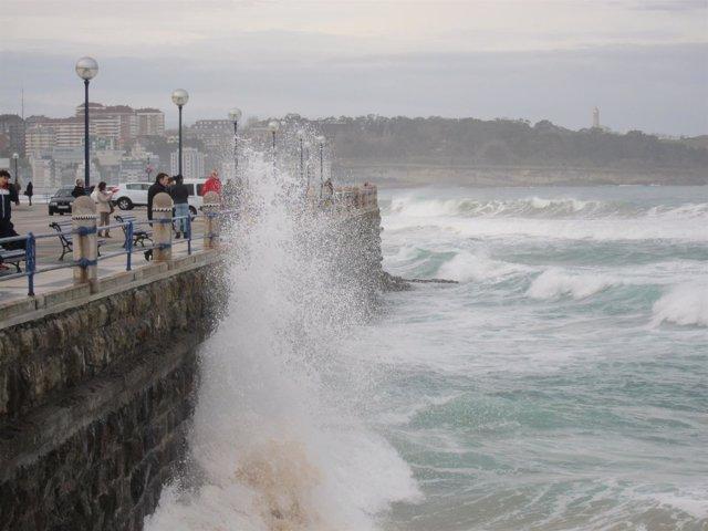 Fuerte olejae en Santander. Olas. Temporal. Fenómenos adversos costeros. Alerta