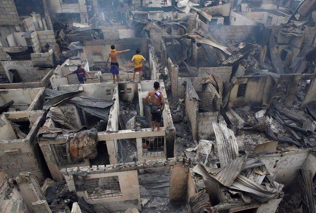 Incendio en un barrio chabolista de Manila