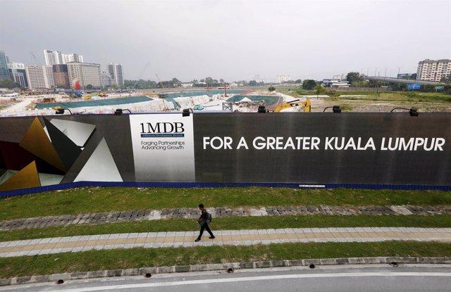 Cartel de publicidad del fondo 1MDB, salpicado por un escándalo de corrupción