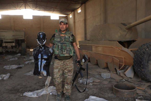 Tanques y milicianos de mentira usados por Estado Islámico