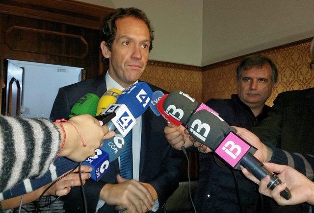 El conseller Marc Pons atiende a los medios