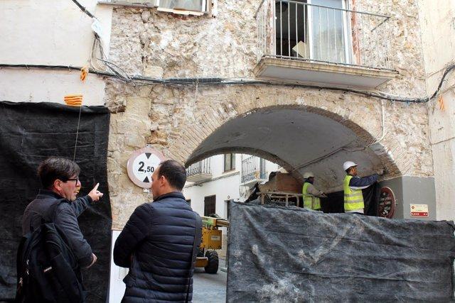 Los técnicos en la obra de El Portal donde se ha localizado la muralla