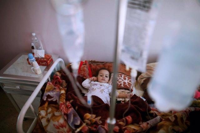Niña tratada de cólera en Yemen