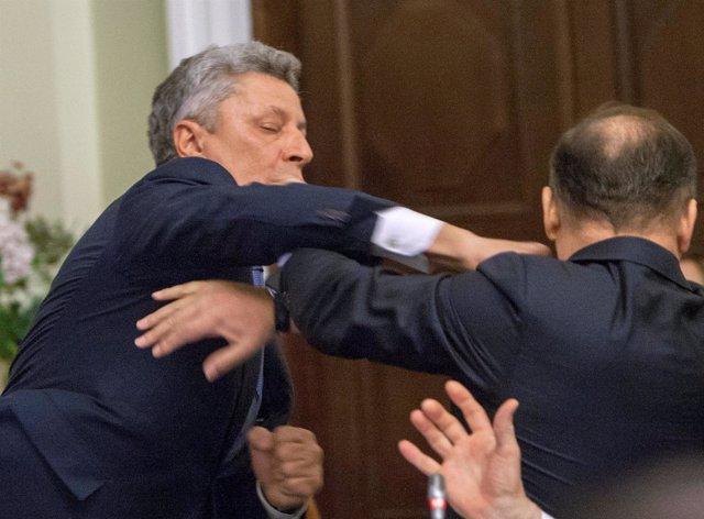 Los diputados ucranianos Oleh Lyashko y Yuriy Boyko se pelean en el Parlamento.