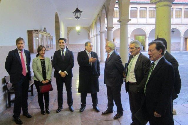 Los premiados García y Rodriguez, en el centro, posan con Jose María Quirós.