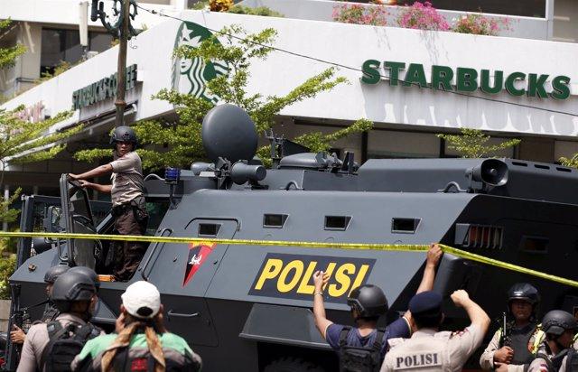 Efectivos de Policía en Yakarta tras los ataques
