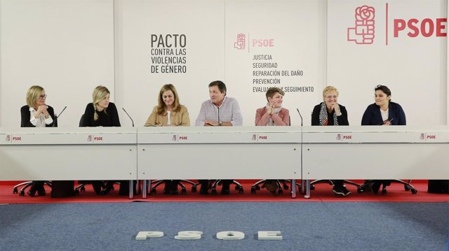 Javier Fernández preside una reunión del PSOE sobre violencia de género