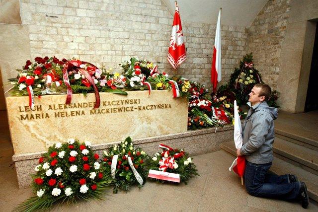 Un hombre reza junto al sarcófago de Lech Kaczynski en Cracovia, Polonia.