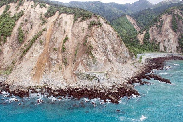 Deslizamientos de tierra bloquean carreteras en Kaikoura, Nueva Zelanda