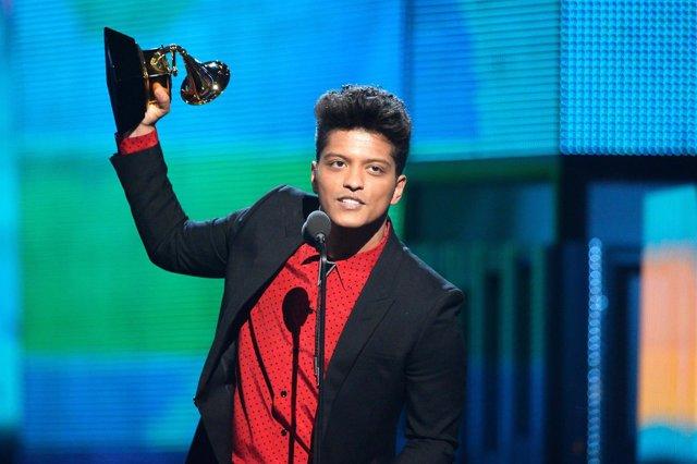 Bruno Mars recogiendo un premio Emmy