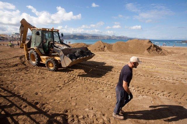 Movimiento de arena para el Belén en Las Canteras