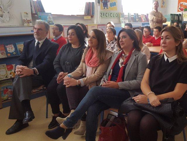 La delegada (centro) durante el acto