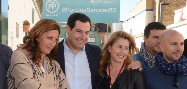Juanma Moreno, en el centro, en un acto en Coria del Río (Sevilla)