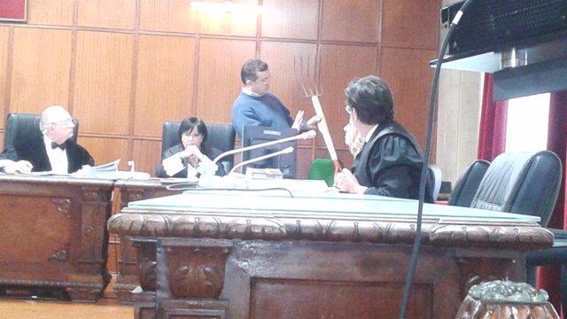 El agente muestra al tribunal la horca de cinco puntas