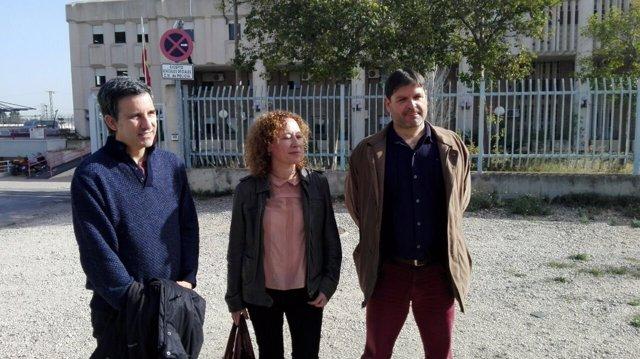 Los concejales de Ahora Murcia, frente al CIE de Sangonera