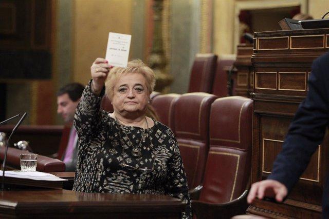 Ana Surra, de ERC, enseña su identificación como refugiada en el Congreso