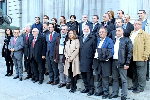 Alonso, arriba en el centro, con diputados del Grupo Socialista.