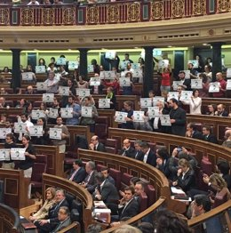 Diputados de Podemos y otros grupos apoyando a Andrés Bódalo