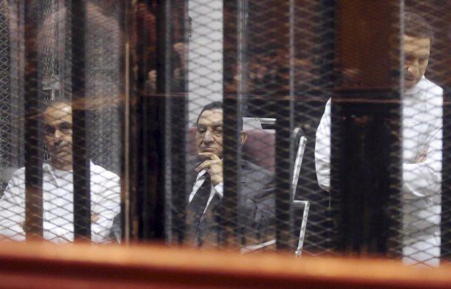 El expresidente egipcio Hosni Mubarak y sus hijos Gamal y Alaa