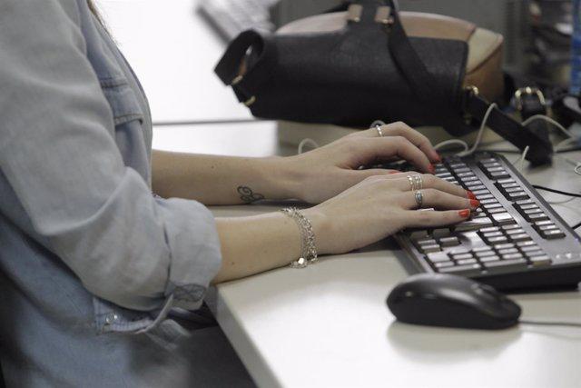 Trabajador, oficina, teclado, ordenador