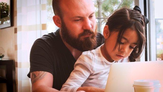 Acceso de las familias a las escuelas a través de Internet