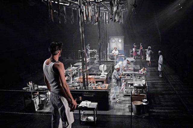 Una escena de la obra 'En la cocina', de Sergio Peris-Mencheta