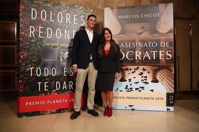 Dolores Redondo y Marcos Chicot en la presentanción de los Planeta en Madrid