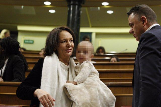 Carolina Bescansa con su bebé en el Congreso de los Diputados