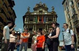 Grupo de turistas en Pamplona.