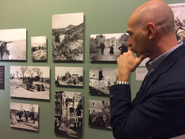 El comisario Andrea de Michele en la exposición