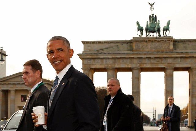 Obama pasa ante la Puerta de Brandenburgo en Berlín