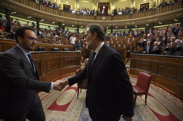 Mariano Rajoy y Antonio Hernando dándose la mano en el Congreso