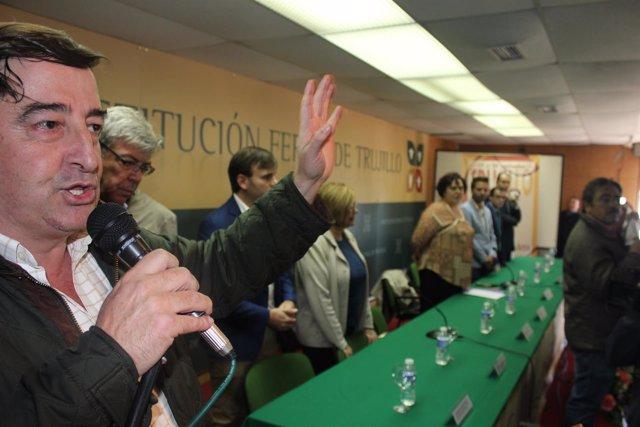 Ángel García Blanco toma la palabra en el salón de actos ante la consejera