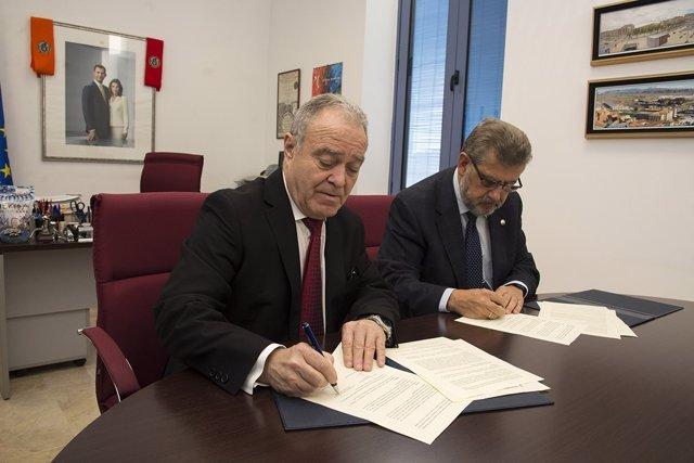Firma del convenio entre la DPH y la Universidad.