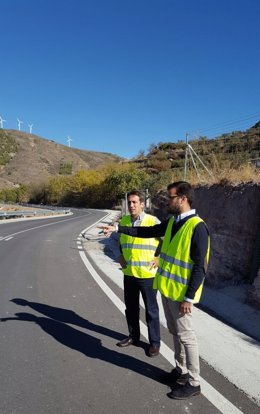 El diputado de Fomento visita las obras en el acceso a 'El Marchal'.