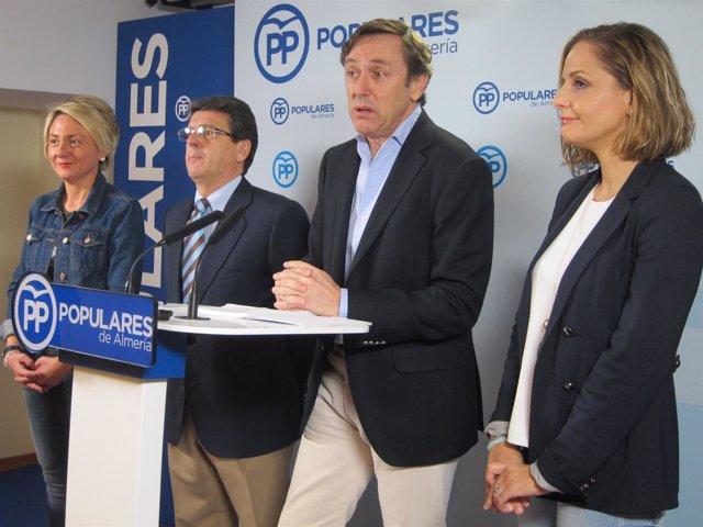 En el centro, el portavoz del PP en el Congreso, Rafael Hernando