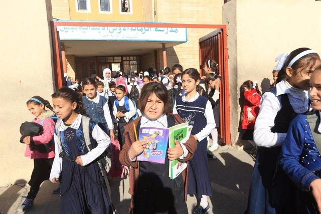 Niñas salen del colegio en Qayara, Irak