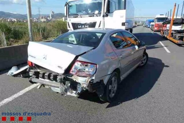 Accidente de un camión con un coche