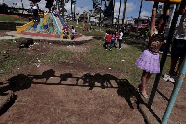 Varios niños juegan en un parque de Ciudad de Guetemala.