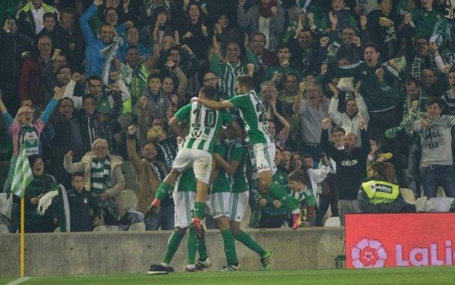 El Betis celebra la victoria tras la llegada de Víctor Sánchez del Amo