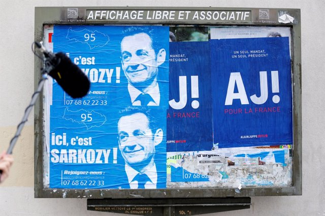 Carteles electorales de Sarkozy y Juppé para las primarias