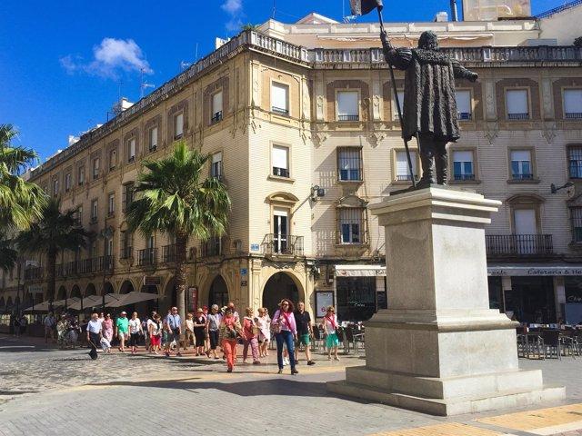 Turistas en la Plaza de las Monjas de Huelva