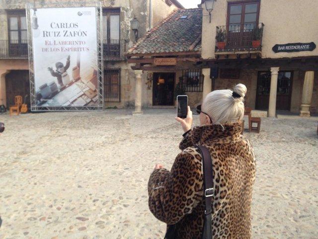 Lola Herrera descarga el nuevo libro de Ruiz Zafón mediante una foto