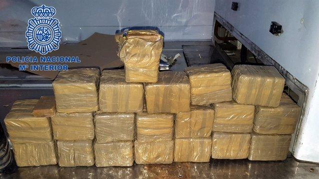 La Policía Nacional intercepta un cargamento de 21 kilos de hachís.