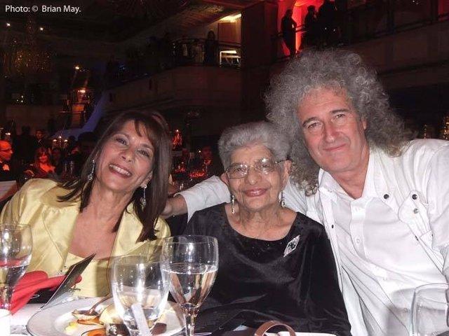 Brian May con la madre de Freddy Mercury