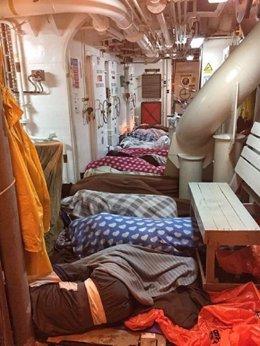 Inmigrantes acomodados en el Argos, de MSF