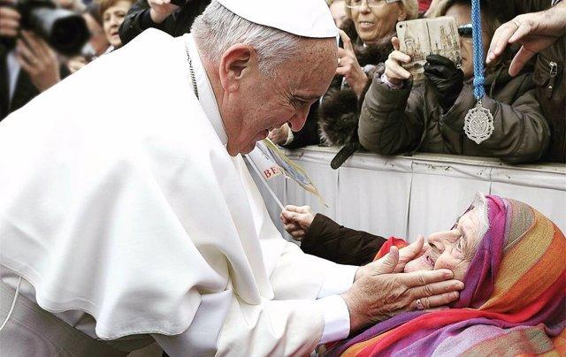 Papa Francisco saluda a una anciana en la plaza de San Pedro