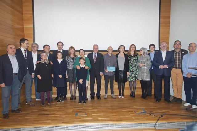 Roberto González Lastra ganador del premio junto a las autoridades