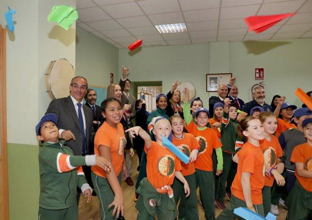 Van Grieken visita un colegio