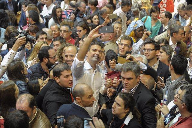 Pedro Sánchez se fotografía con militantes tras el mitin